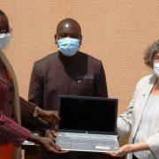 L'ambassadeur des Etats-Unis au Burkina Faso, Sandra Clark a procédé à la remise officielle de matériel et équipements de fonctionnement à la Commission Nationale des Droits Humains (CNDH)